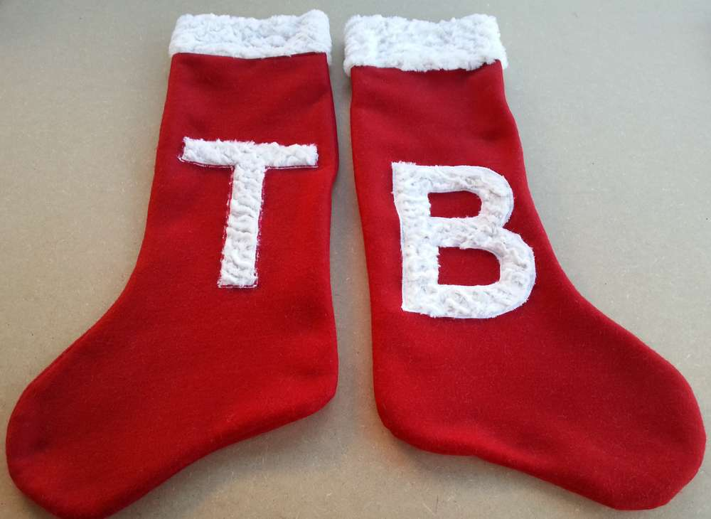 Chaussettes de Père Noël rouges et blanches, avec appliqués initiales en fourrure blanche