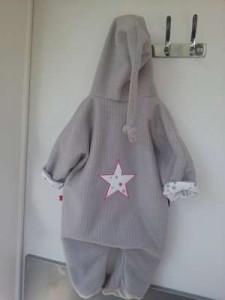 Combinaison à capuche lutin en 12 mois en polaire, gris souris avec appliqué étoile dans le dos blanc/gris/fushia