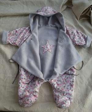 Combinaison à capuche lutin polaire en 6 mois, polaire lila, appliqué étoile dans le dos dans le tissu de la doublure fleur rose/taupe façon liberty