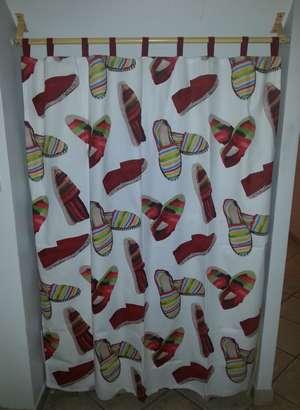 Rideau de placard à pattes, avec tissu façon espadrilles catalanes, colori rouge et vert anis