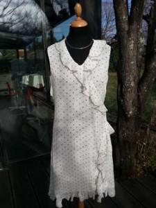Robe en mousseline blanche à pois, avec volants, joli décolleté en V, croisée devant