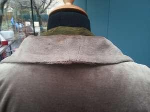 Veste sportswear chic en velours rasé légèrement extensible taupe, dont la capuche a été transformée en col