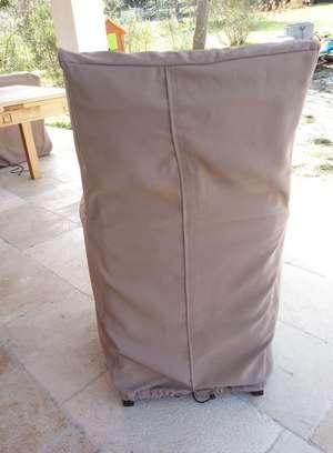 Housse de chaise de salon de jardin présentée vue de dos en toile bâche colori taupe