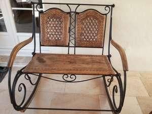Le banc en bois et fer, pour le jardin, 2 places et type rocking chair à recouvrir pour passer l'hiver