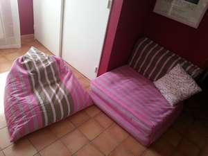 Grand pouf rempli de billes, de forme berlingot, en toile rayée rose et taupe