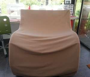 Le banc en bois 2 places type rocking chair recouvert d'une housse en toile impérméable et traitée couleur taupe