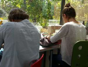 Inès et Pauline en plein travail sur leur machine à coudre