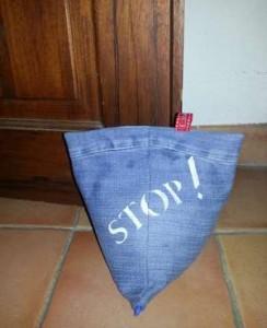 Cale porte berlingot réalisé avec récupération de jean et décoré au pochoir