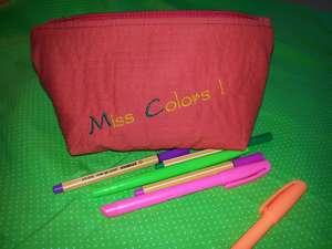 Trousse orange vif brodée Miss Color, doublée de tissu vert pomme à pois.