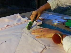 Découpe du tissu avec un cutter rotatif et sa lame circulaire 45mm