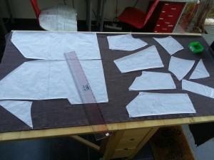 Patron d'une robe positionné sur le tissu, prêt pour la coupe...