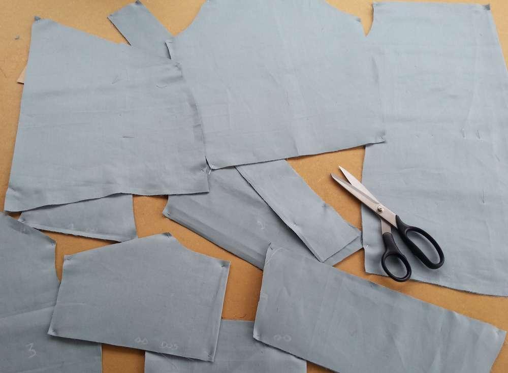 Découpe de tissu avec ciseaux à tissus