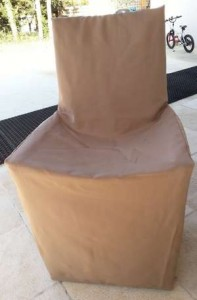 Chaise de jardin présentée houssée d'une toile type bâche colori taupe