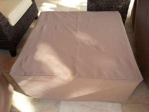 Table basse de salon de jardin, 90 *90 houssée pour passer l'hivers, par housse de toile type bâche, traitée anti UV et anti moisissures pour l'hiver