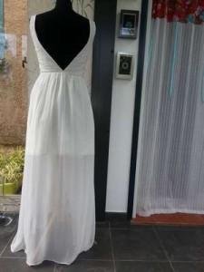Résultat final de la robe longue blanche en mousseline une fois la doublure courte en satin ajoutée. Grand encolure en V dans le dos.