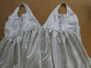 Intérieur ajouté à une robe longue de mousseline blanche : doublure forme courte en satin écru.