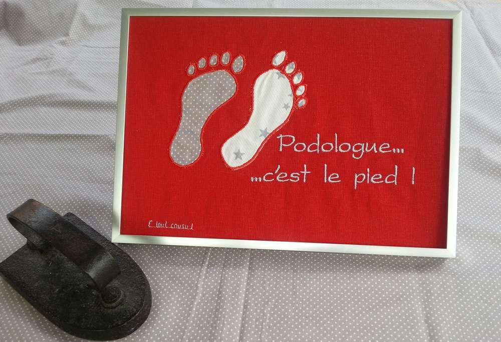 Appliqués formes de traces de pas avec inscription brodée podologue c'est le pied, coloris rouge et gris
