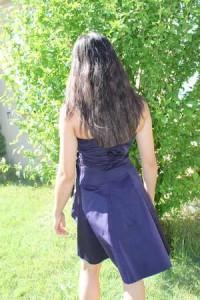 Robe pour un bal d'étudiante, bustier en taffetas bleu nuit, assez courte jupe enforme. Vue de dos.