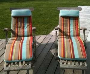 Matelas bains de soleil de piscine sur transat teck, recouverts de toile imprimée bayadère colori brique et turquoise