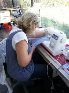 Une élève très concentrée sur sa machine à coudre